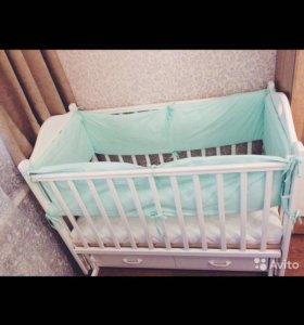 Детская кровать с укачивающим механизмом
