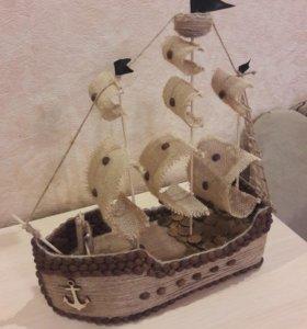 Корабль из кофейных зерен и шпагата.
