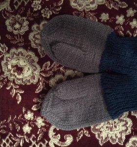 Вязаные детские варежки, носки