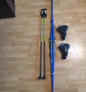 Лыжи, палки, ботинки.