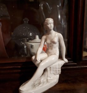 Фарфоровая статуэтка «Купальщица» («Пловчиха»)