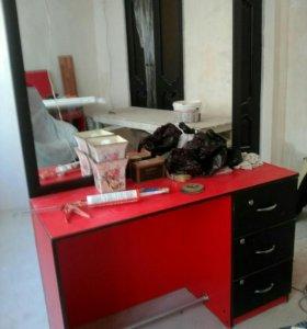 Столы с зеркалами и кресло большое для парикмахера
