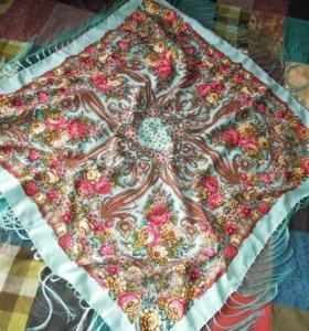 яркий платок в русском стиле с бахромой