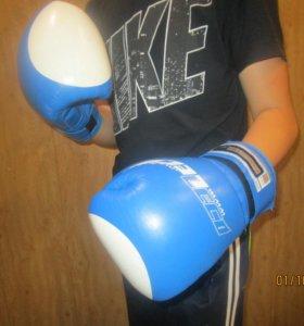 Боксёрские перчатки и бинты.