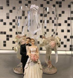 Свадебные бокалы, статуэтка и фата на бутылку