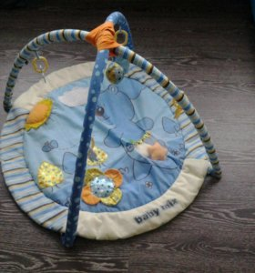 Игрушки и развивающий коврик