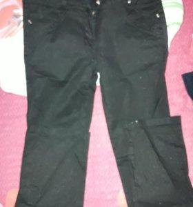 Черные джинсы-брюки.