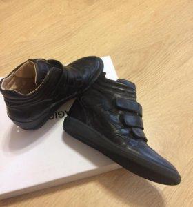 Обувь ; сникерсы)