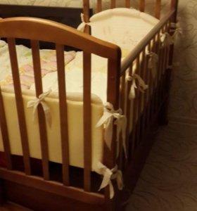 Детская кроватка маятник с ящиком и комплектом