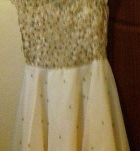 Платье очень красивое и нарядное.