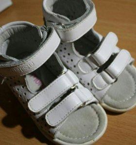 Белые детские сандали