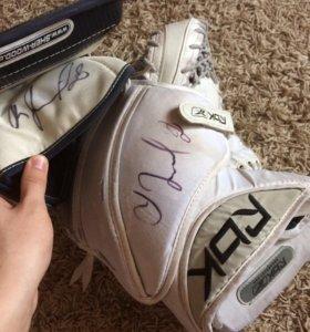 Хоккейный блокер и ловушка с автографом Третьяка