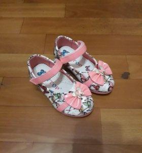 4 пары обуви для девочки 2х лет
