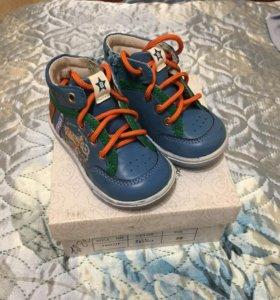 Кроссовки на мальчика (20 размер)