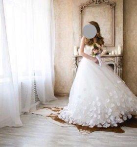 Свадебное платье с лепестками роз