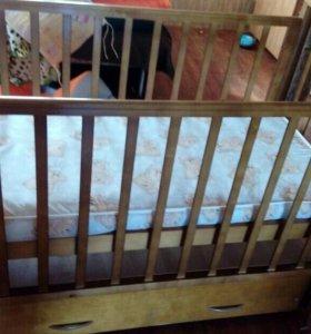 Детская кроватка с маятником и выдвижным ящиком