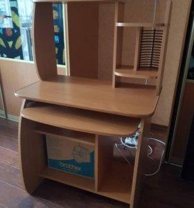 Стол для компьютера в хорошем состоянии