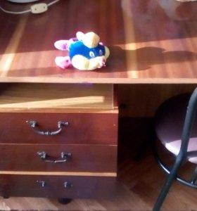 Полированый стол