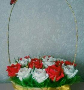 Корзина из роз с рафаэлло