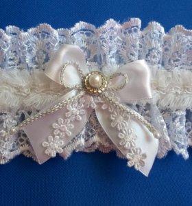 Свадебные подвязки и подушечки ручной работы.