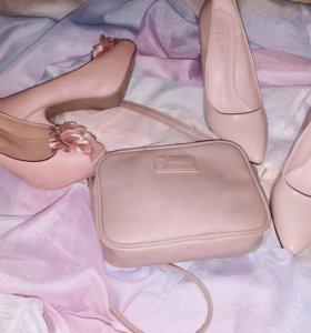 Две пары туфель и сумочка