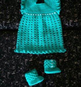 Вязаное платье и пинетки.