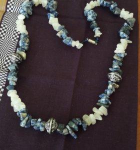 ожерелье из натуральных камней с серебряными встав