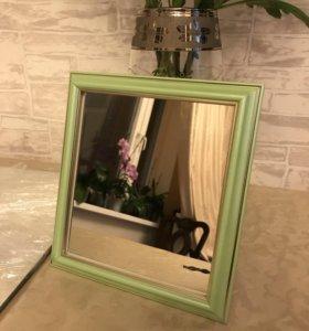 Зеркало в деревянном багете.