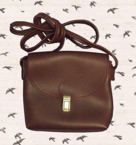 Кожаная сумка, маленькая и вместительная.