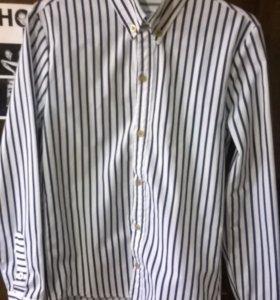 Белая плотная рубашка в синюю полосу.