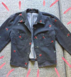 Джинсовая куртка с вышивкой.