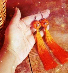 Оранжевые серьги кисти