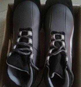 Продам ботинки и лыжи р.33