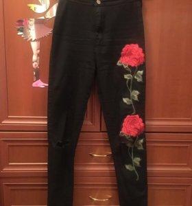 черные джинсы с разрезами на коленях и розами