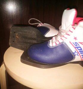 Детские лыжные ботинки.