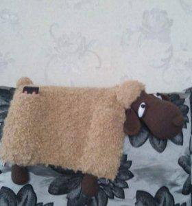 Вязаная интерьерная игрушка пультяшница-овечка