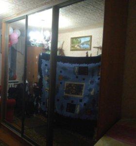 Шкаф купе трехдверный ,зеркальными дверями