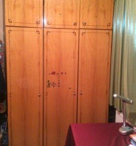Шкаф и 2 тумбочки . Возможен не большой торг!