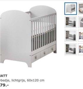 Детская кроватка с матрасом и защитными бортиками
