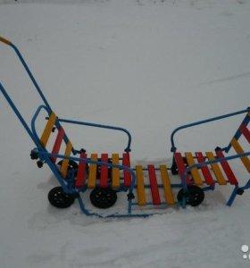 Санки для двойни с 6 выдвижными колесами.