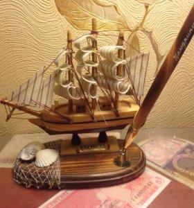 Маленький настольный кораблик