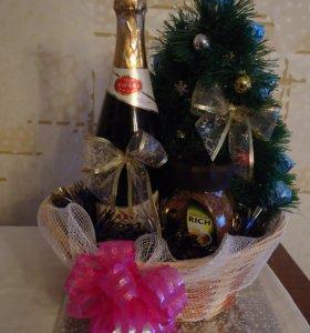 Новогодняя елочка из мишуры и конфет в корзинке