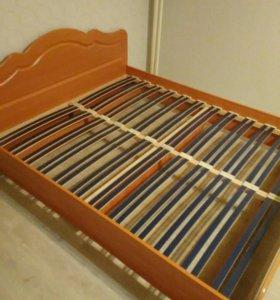 Кровать двухспальная с матрасом.