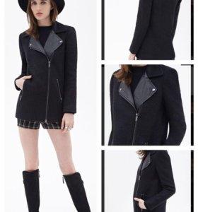 Черное пальто с кожаными вставками