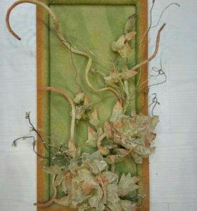 Композиция из искусственных цветов в рамке