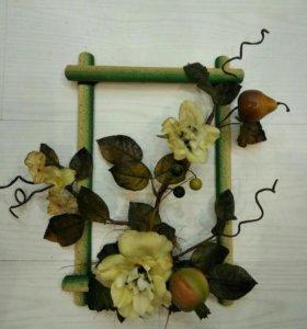 Композиция из искусственных цветов с фруктами