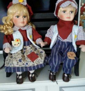 Пара фарфоровых кукол.