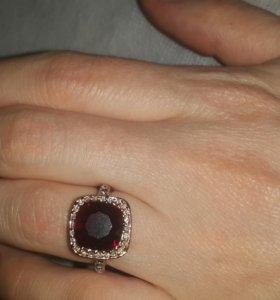 Кольцо с красным камнем на 15,5-16