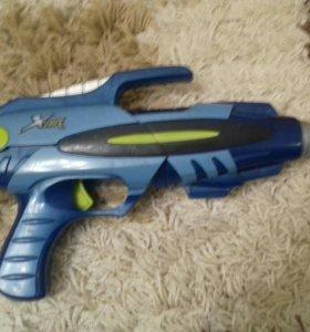 Пистолет бластер с несколько с пулями