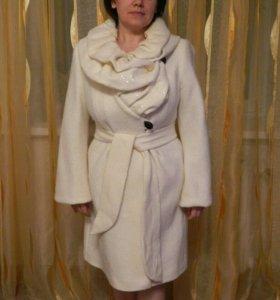 Продаю белое пальто с блёстками